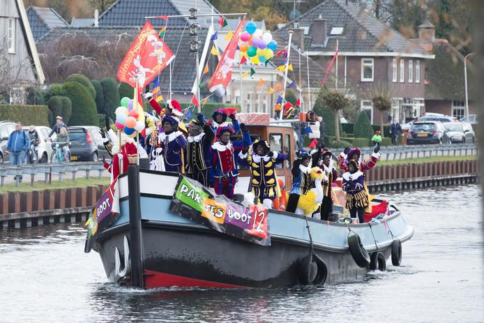 Op de pakjesboot in Vriezenveen, zitten zaterdag ook twee roetveegpieten.