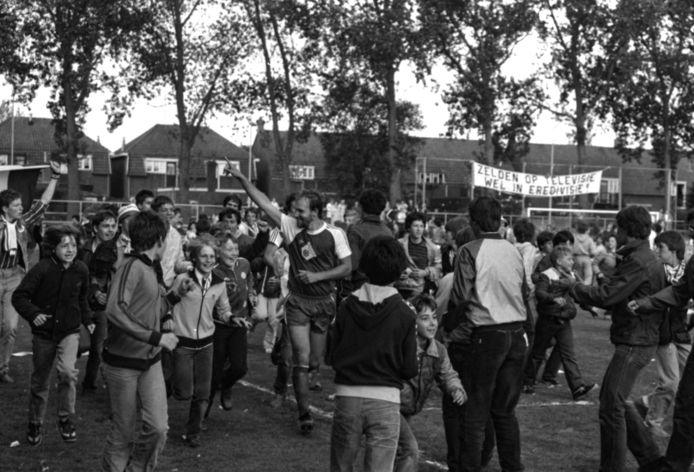 Henny van de Ven viert het kampioenschap van Helmond Sport in 1982 met de supporters van Helmond Sport.