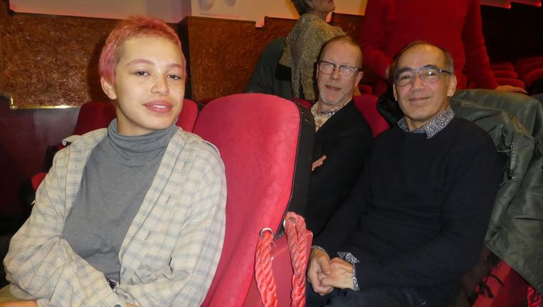 Paul Gijsberti Hodenpijl (r): 'Ik woonde in het pand waar de opnames waren. Mijn zus is daar geboren.' Met dochter Aileen en buurtbewoner Jan Bas. Beeld Hans van der Beek