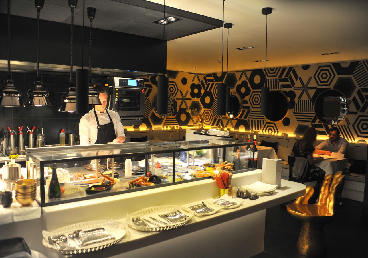 De keuken van Sun by Zarzo heeft een vitrine waarin ingrediënten liggen waarmee gekookt wordt.