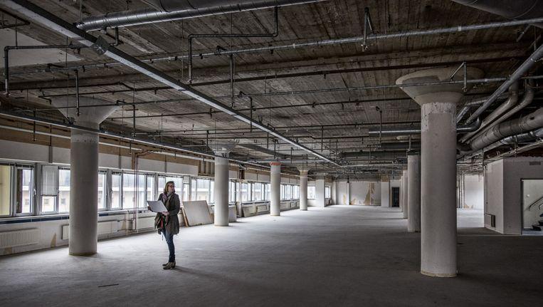 Het voormalige pand van V&D in Almelo staat al twaalf jaar leeg. Er worden nu dertig sociale huurwoningen in gebouwd. De gemeente hoopt zo het stadscentrum weer aantrekkelijk te maken. Beeld Raymond Rutting / de Volkskrant