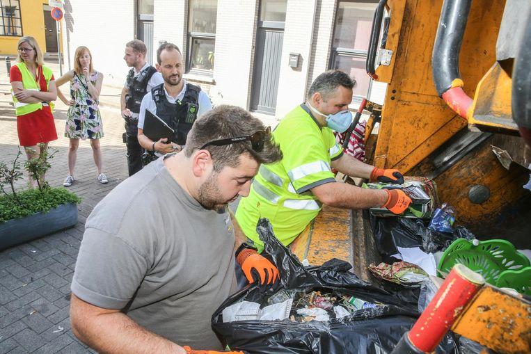 Archiefbeeld: Ivago-personeel doorzoekt afvalzakken
