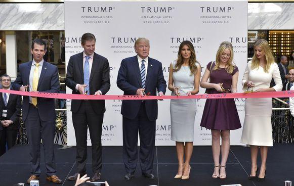 President Donald Trump met zijn vrouw Melania en zijn dochters Ivanka en Tiffany en zonen Donald en Eric.