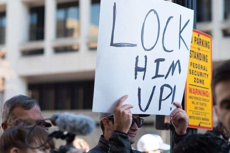 Deze betoger heeft een niet mis te verstane boodschap voor Michael Flynn.