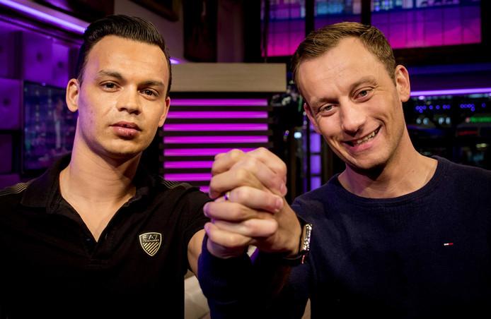 Jasper Vernes-Seratan (R) en Ronnie Seratan-Vernes gaan bij aanvang van de uitzending van RTL Late Night in de studio hand in hand met elkaar op de foto.