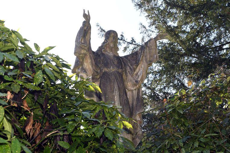 In de tuin van het verlaten klooster staat een groot Christusbeeld.