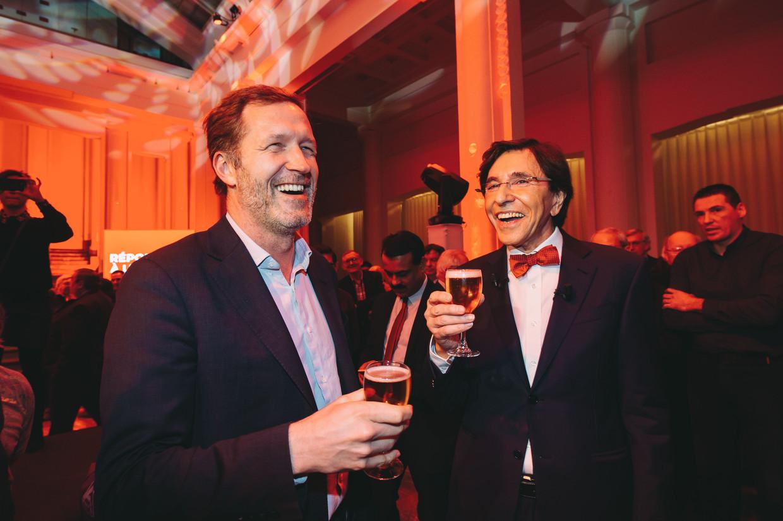 Op de politieke nieuwjaarsrecepties wordt traditioneel een glaasje gedronken, hier door Elio Di Rupo (PS) en Paul Magnette (PS).