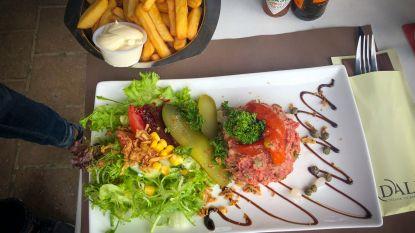 """Luc Bellings proeft steak tartaar en is schroeiend kritisch: """"Het meest onappetijtelijke slaatje van de zomer"""""""