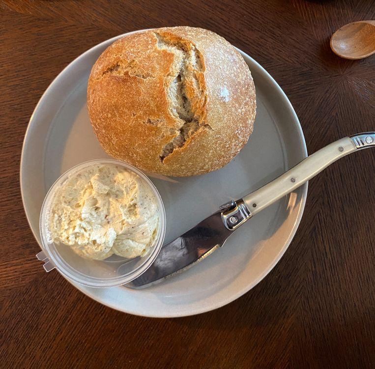 Speltbrood met geklopte bruine boter. Beeld Monique van Loon