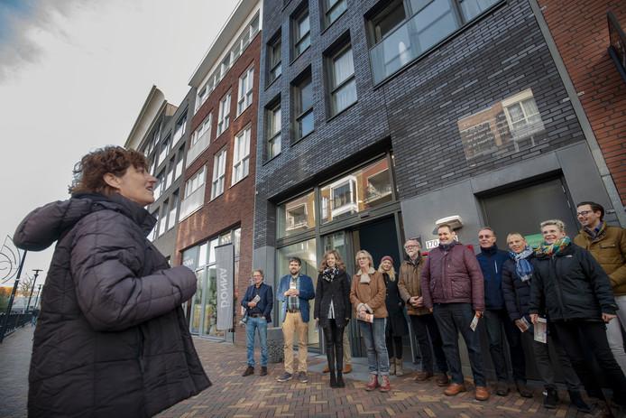 Ali Groebe (derde van rechts) van het Kunstplatform Veenendaal tijdens de presentatie van de gedichtenroute door Veenendaal in november 2018. Gedichten genoeg aan de Veenendaalse muren, maar nu nog een nieuwe stadsdichter.