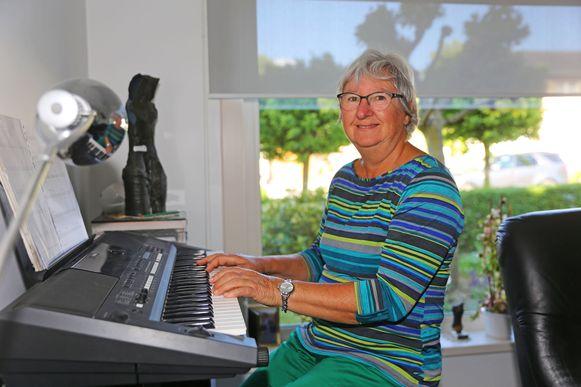 Linda Buyle aan haar elektrische piano.