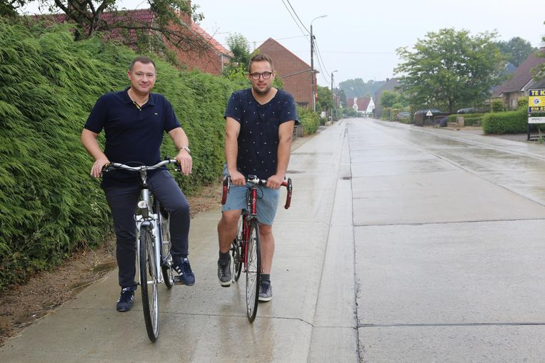 Burgemeester Peter Reekmans en schepen Simon Vandermeulen op de Vissenakensesteenweg, die al nieuwe fietspaden kreeg.