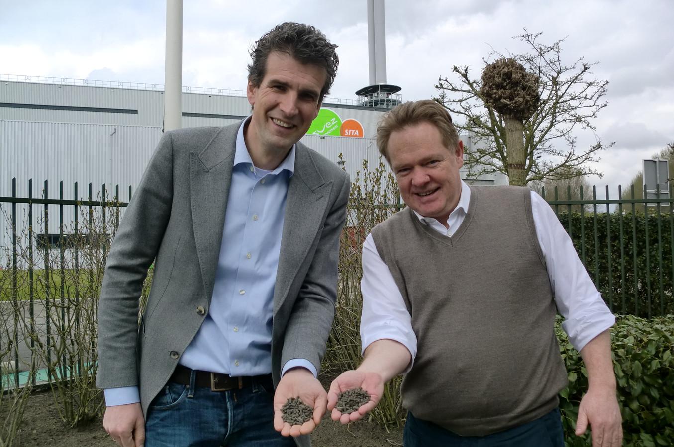 Lodewijk Burghout (li) van Biomineralen BV en directeur Marc Das van de Roosendaalse vuilverbrander SUEZ ReEnergy met droge mestkorrels.