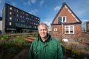 Mart Nederhof van Groei en Bloei Apeldoorn levert namens zijn organisatie een aandeel in het onderhoud van de moestuin van Omnizorg.