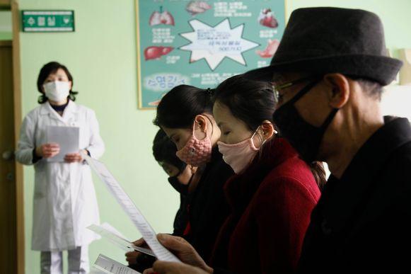 Noord-Koreanen krijgen les in het ziekenhuis van Pyongyang over hoe zich te beschermen tegen het virus. Formeel heeft het land nul besmettingen.