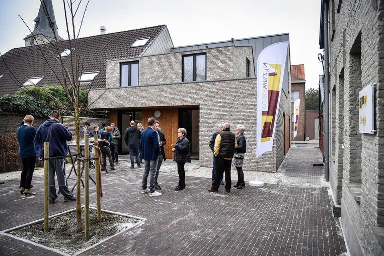 't Steegje aan de Nederstraat werd geopend met een receptie in het bijzijn van de eerste bewoners.