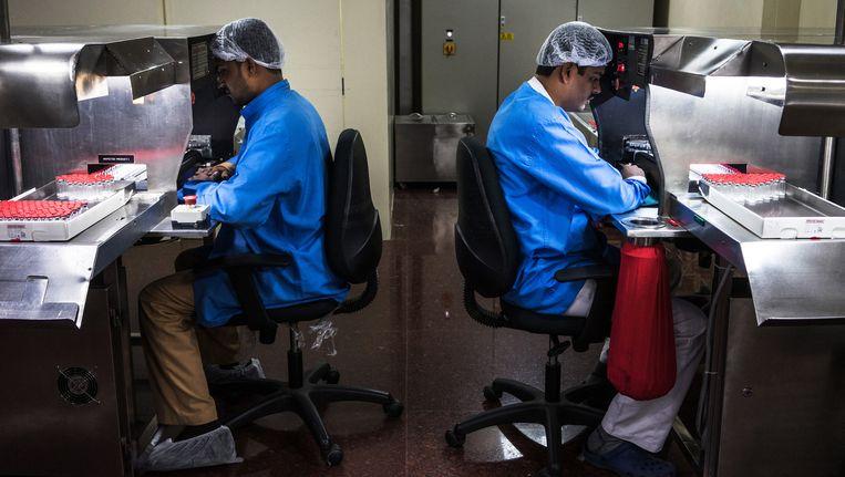 Laboranten van een farmaceutisch bedrijf in Puna. Voor India is de farmaceutische industrie met een omzet van rond de 25 miljard dollar van onschatbare waarde. Beeld getty