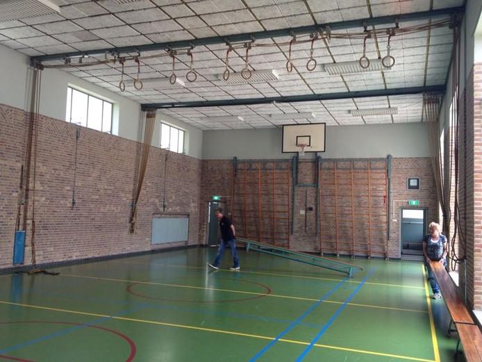 De spullen worden uit de gymzaal in Heusden gedragen