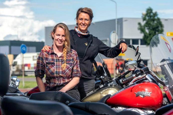 """Mariët van Gaal (in het zwart): ,,Ook vrouwen kunnen op zware Harleys rijden."""""""