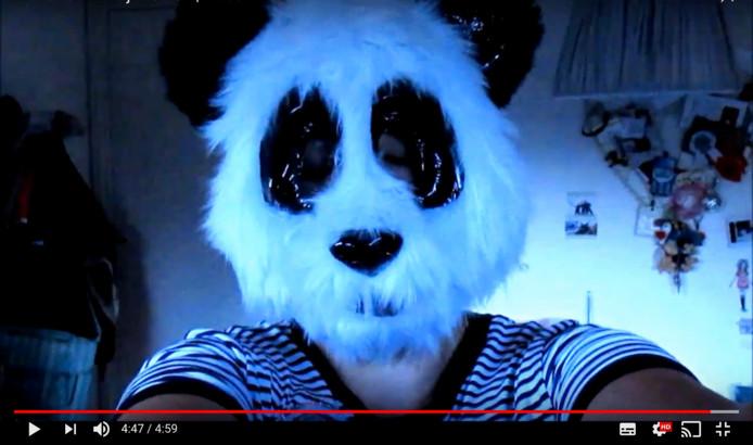 Vlogger Maud als pandabeer. Vrijdag treedt ze op het podium van Pand P uit de anonimiteit.