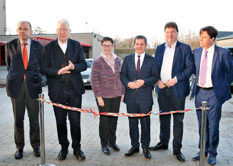 Het gebouw werd geopend door het stads- en schoolbestuur en bisschop Van Looy.