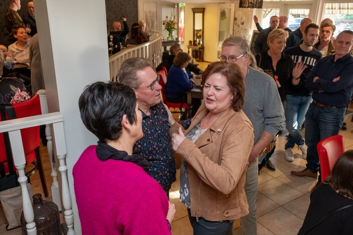 Vaste klanten en relaties mensen zijn zaterdagmiddag voor het laatst in De Keet van Heerde bijeen gekomen. Fenny en Bé van Ark namen afscheid van hun horeca-bedrijf.