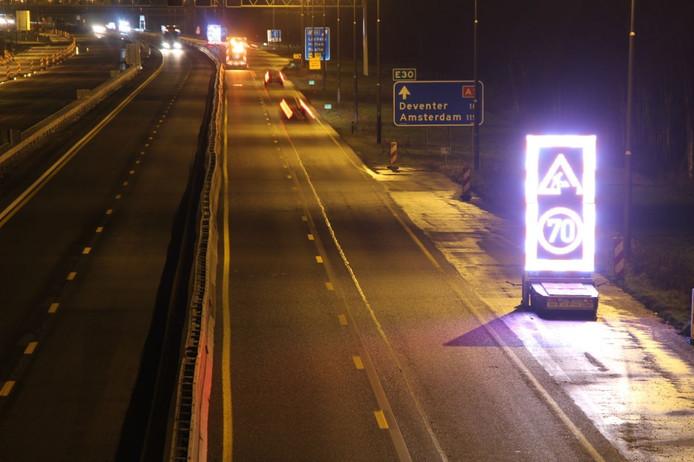 De A1 tussen Holten en Bathmen is woensdagavond afgesloten omdat er diepe gaten in het wegdek zitten.