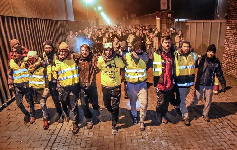 De dappere wandelaars werden in de straten van Poperinge opgewacht door een massa sympathisanten, wat emotionele knuffelmomenten teweegbracht (foto onder).