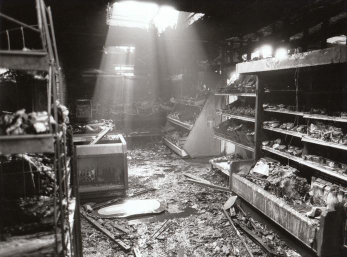 Een brand legde in oktober 1988 de Kroon Supermarkt aan de Oranje Nassaulaan in Maarheeze in de as.