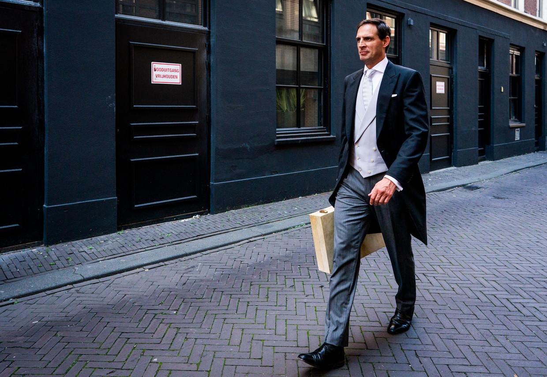 Minister Wopke Hoekstra van Financiën (CDA) op weg naar de kamer met het koffertje.  Beeld