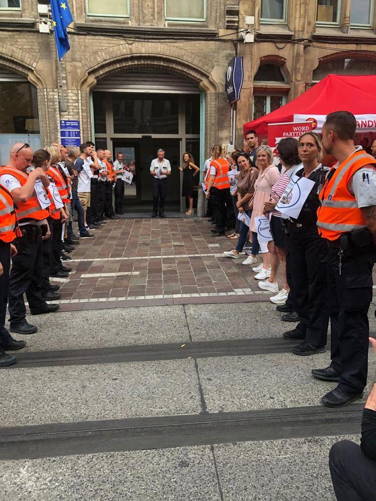 De politie vormt aan het commissariaat in de Belfortstraat een erehaag voor Danny.