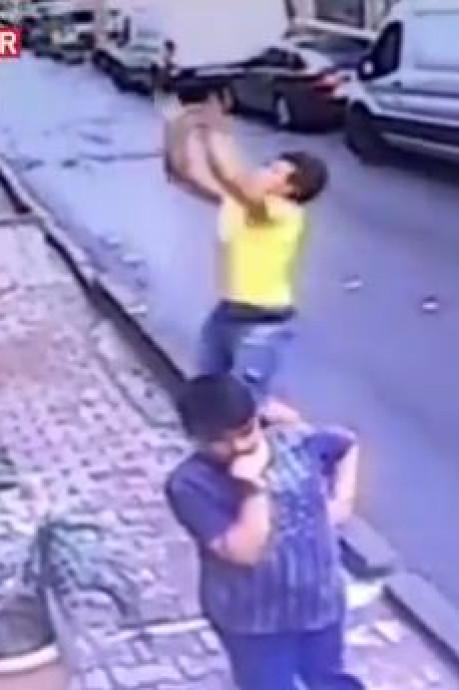 Une fillette sauvée in extremis par un homme après une chute d'un immeuble