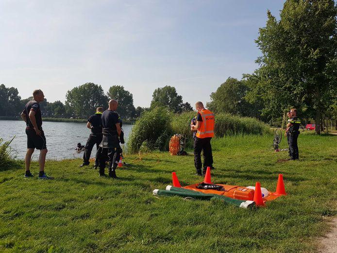 Fiets gevonden aan de oever van de Wijde Aa in Zwolle. Mogelijk persoon te water. De hulpdiensten zijn op zoek. Brandweerboot te water.