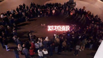 Honderden mensen herdenken samen 'Djore'