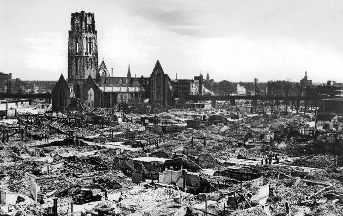 Zicht op de verwoeste stad na het bombardement op Rotterdam in 1940.