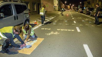 """Actievoerders van Groen&Co tekenen zelf """"zebrapad"""" op Nederzwalmsesteenweg"""