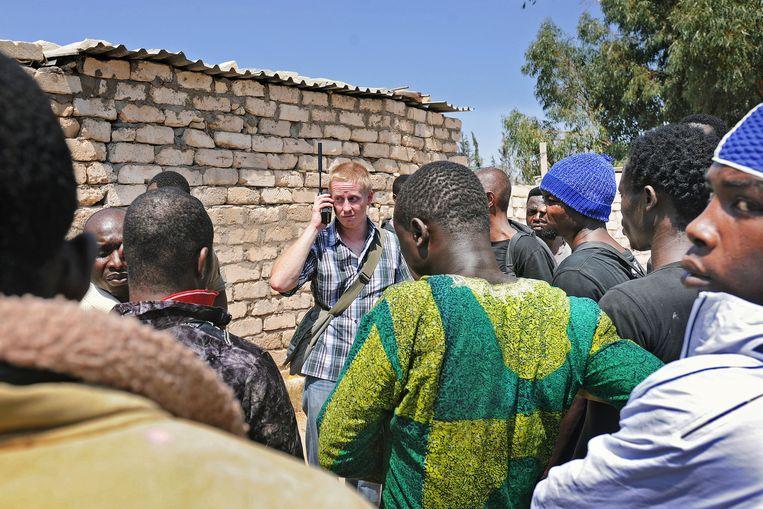 Remco Andersen op zoek naar hulp voor een groep West-Afrikanen die bekneld is geraakt tussen de strijdende partijen in Tripoli. Beeld Guus Dubbelman / de Volkskrant