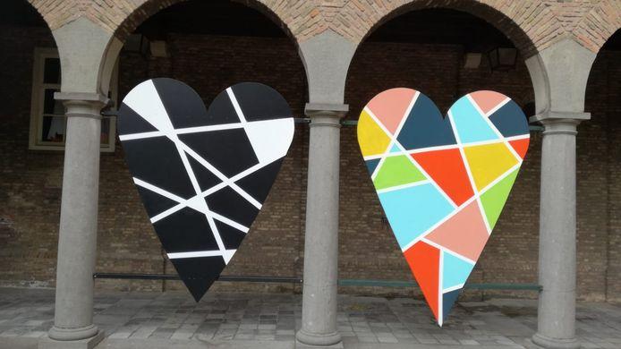 De twee harten die buiten de kerk hangen