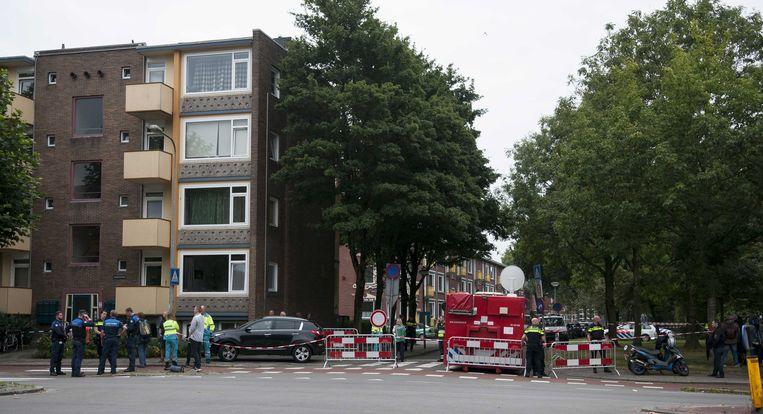 Hulpdiensten bij de woningen aan de Adriaan Pauwstraat die zijn ontruimd na de vondst van explosieven. Beeld anp