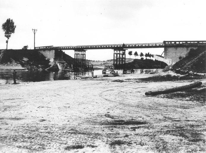 Baileybrug bij Hatert over het Maas-Waalkanaal, 1945.
