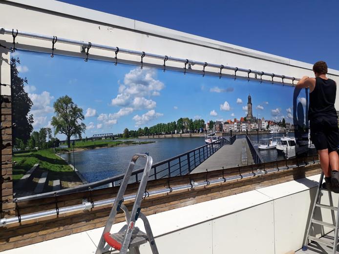 Skyline Deventer. Een daktuin met een geweldig uitzicht op de stad Deventer. Een doek van ruim 5 meter geeft het gevoel op de steiger te staan aan de Worpzijde van de stad. Living garden design en Martin Snijder digital imaging zijn verantwoordelijk voor het maken en plaatsen van dit bijzondere uitzicht.