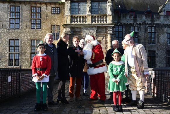 De Kerstman en zijn gevolg aan het Kasteel van Laarne. De elfjes zijn de enige kinderen.