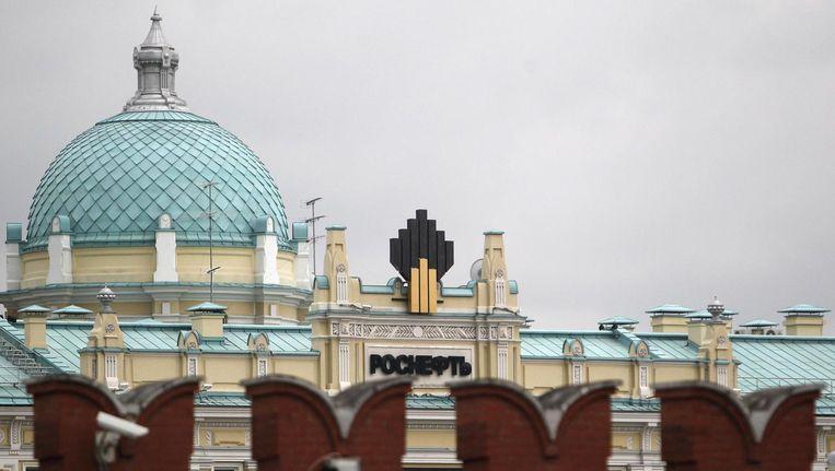 Achter de muur van het Kremlin is het logo van Rosneft, één van de grootste oliemaatschappijen van Rusland, te zien. Beeld reuters