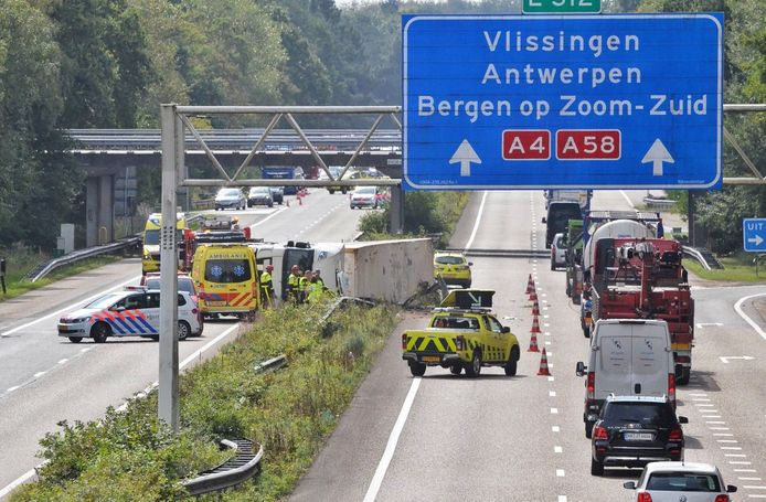 De situatie bij de vrachtwagen op de A4 bij Bergen op Zoom.