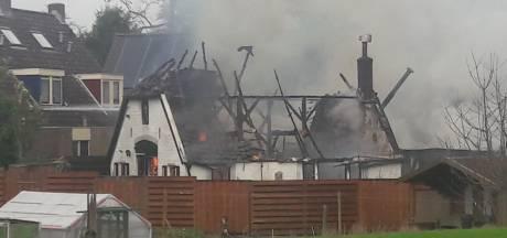 Harde knallen en vrijgekomen asbest bij verwoestende woningbrand in Eefde