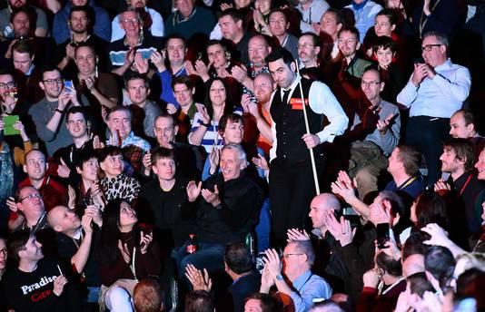 Het publiek applaudiseert voor Ronnie O'Sullivan.