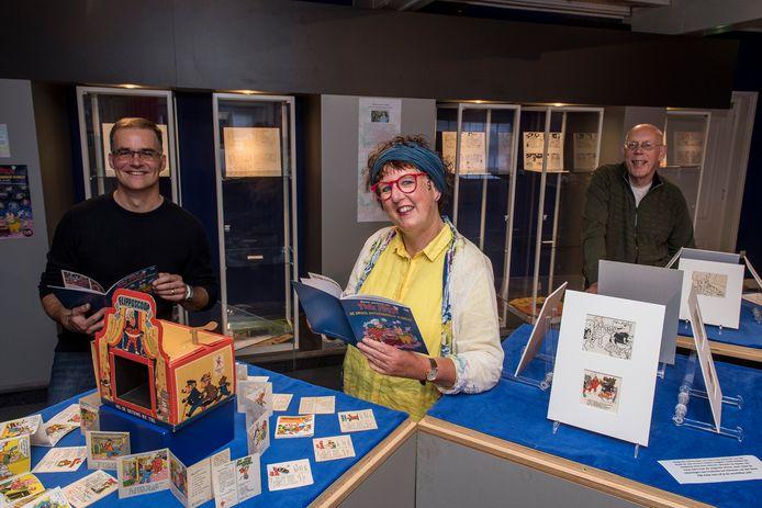 Tekenaar Arie van Vliet (links), museumdirecteur Alexandra van Steen (midden) en dichter Fred Eggink werkten samen om het boekje Flipje en de Droge Boterhammen Planeet.