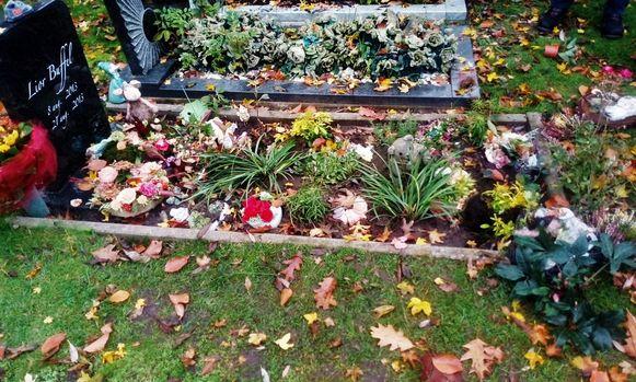 Een onverlaat beschadigde het graf van Lior. Beeldjes om, bloemen en bloemstukken uitgetrokken en in het rond gegooid.