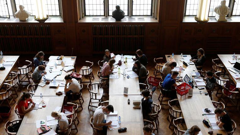 Studenten zitten in de bibliotheek van de KU Leuven.