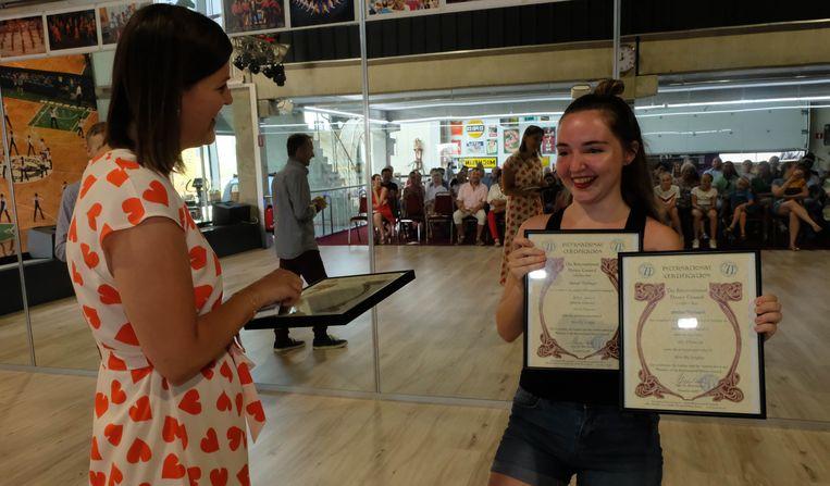 Burgemeester Sofie Joosen overhandigt het certificaat aan Amber.